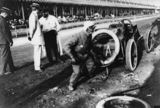 1906_French_Grand_Prix_Szisz_changing_a_wheel.jpg